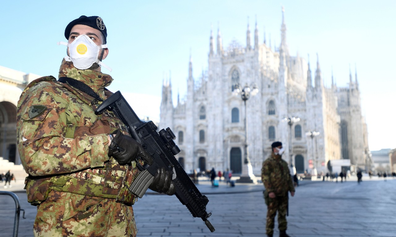 Military officers wearing face masks stand outside Duomo cathedral, closed by authorities due to a coronavirus outbreak, in Milan, Italy February 24, 2020. REUTERS/Flavio Lo Scalzo     TPX IMAGES OF THE DAY