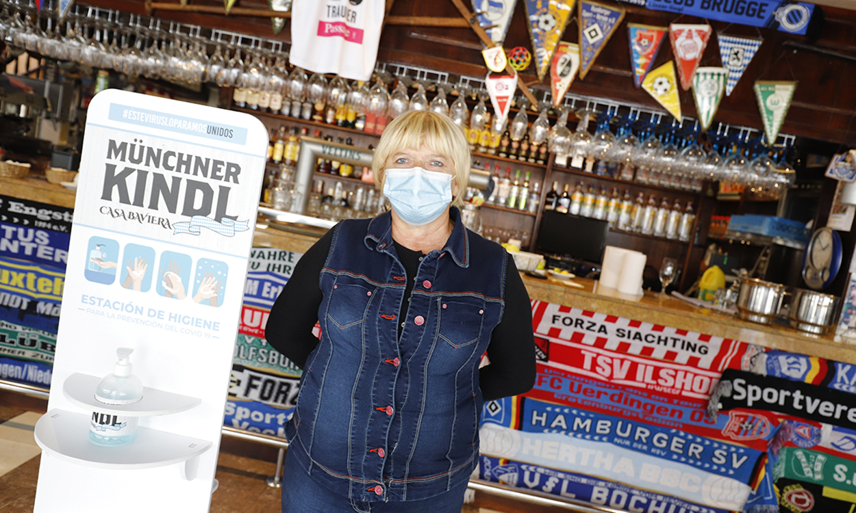 "14 October 2020, Spain, Palma: Gerlinde Weininger, director of the ""Münchner Kindl-Bar"" on Arenal beach, is standing at the bar counter. The tourism industry on the island was severely affected by the Corona pandemic. Photo: Clara Margais/dpa"