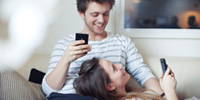 Illustration - young couple using DNB mobile services